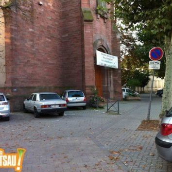 Supprimons la voiture devant l'église protestante !