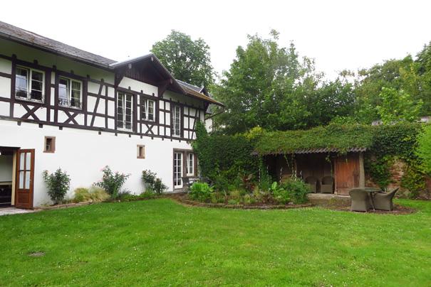 """Certaines chambres du """"chalet"""" ont un accès direct au jardin."""