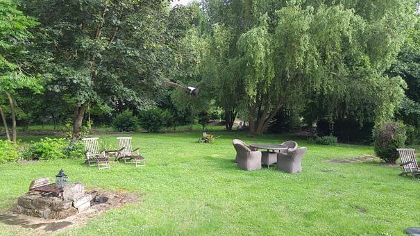 Un vaste jardin, qui fait partie des 6 hectares privés du parc Pourtalès
