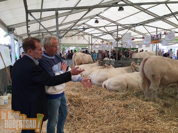 Jean-Paul Bastian vice-président régional de la chambre d'agriculture visitant le stand agriculture avec Denis Ledogar l'aumônier de l'hôpital de Hautepierre