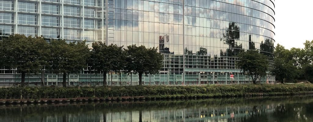 Des vitres blindées promenade Alcide de Gasperi ?