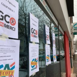 Des affiches anti-GCO sur les vitrines du Crédit agricole de la Robertsau